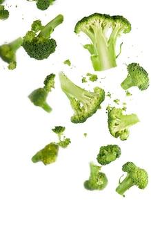 Motif de brocoli isolé sur fond blanc. diverses parties multiples de fleur de brocoli.