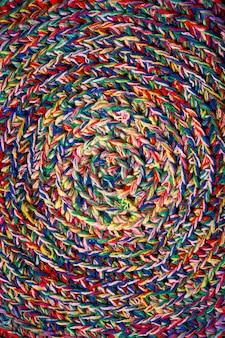Motif caronculé des fils colorés