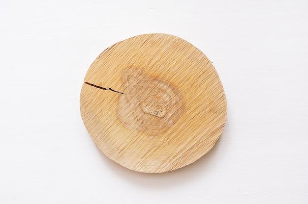 Motif de cercles en bois petit pin. scie à bois coupée isolé sur fond blanc