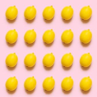 Motif citron sur une surface rose pastel