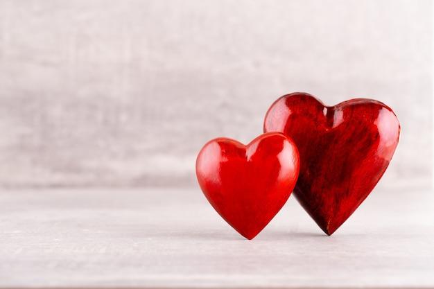 Motif de coeurs en bois, un coeur rouge sur le fond de coeur en bois
