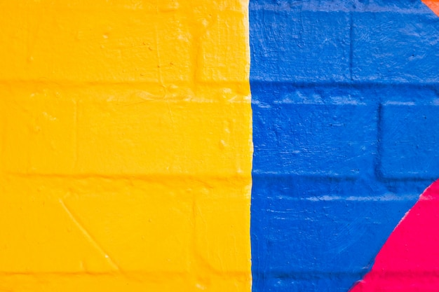 Motif coloré peint sur un mur.