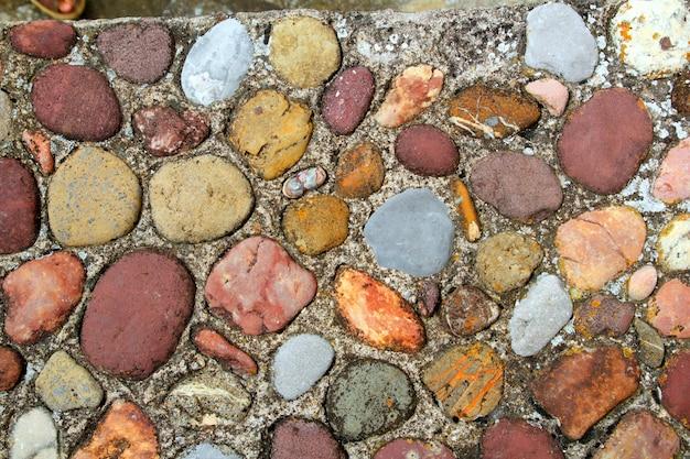 Motif coloré de sol en pierres roulantes dans les pyrénées