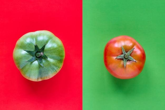 Motif coloré de tomate rouge sur fond vert et tomate naturelle verte sur fond rouge. gros plan, vue de dessus