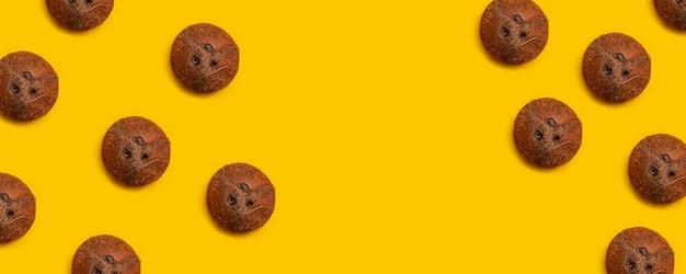 Motif cosmétique de noix de coco sur fond jaune. lay plat.