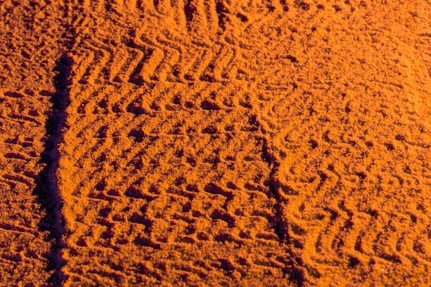 Motif côtelé sur le sable du coucher de soleil