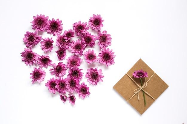 Motif de couronne de cadre coeur avec des fleurs, des boutons floraux roses,