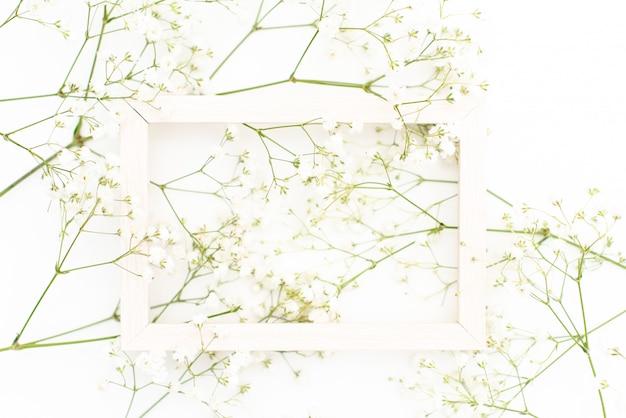 Motif de couronne de cadre rond avec fleur de gypsophile, boutons floraux roses