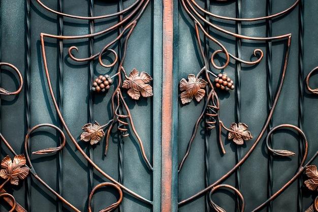 Motif décoratif floral, de forgé en métal.