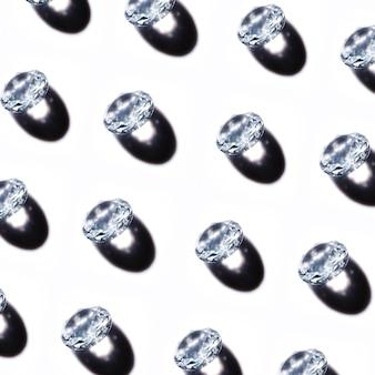 Motif de diamants de cristal avec une ombre sur fond blanc