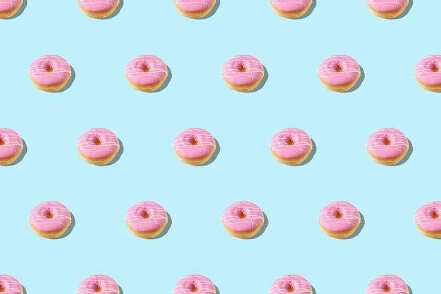 Motif d'été à la mode avec bleu beignet rose