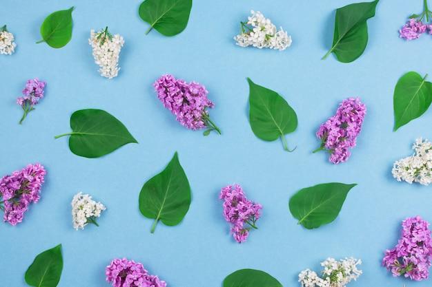 Motif fait de fleurs et de feuilles lilas sur fond bleu