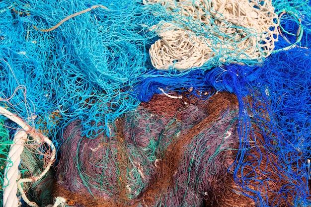 Motif de filets de pêche empilé au port