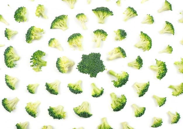 Motif de fleurons de brocoli isolé sur fond blanc. photographie de nourriture vue de dessus