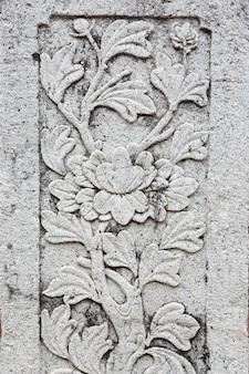 Motif de fleurs grunge de style ancien sur un poteau