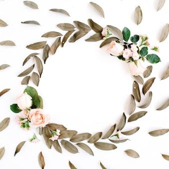 Motif floral et couronne de cadre rond avec des roses et des feuilles séchées isolés sur blanc