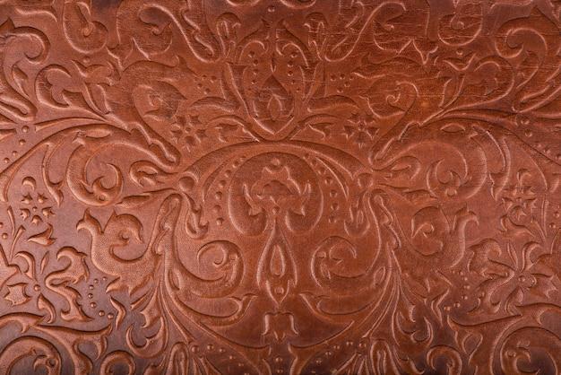 Motif floral en cuir fond de couleur rouge foncé