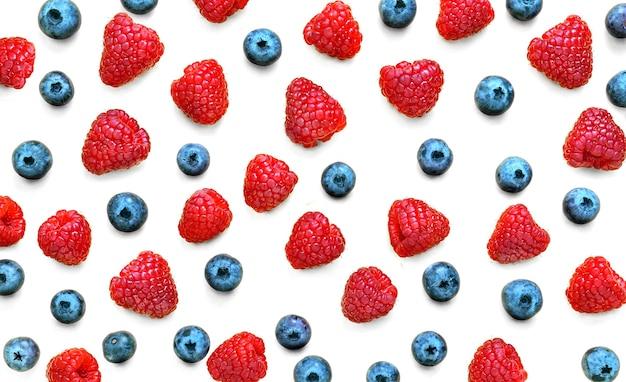 Motif de fruits colorés de framboises et de bleuets isolés sur fond blanc. mise à plat. vue de dessus