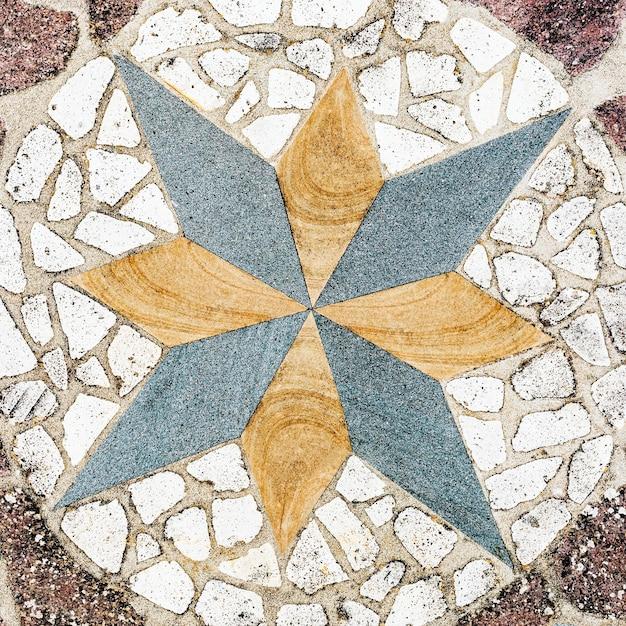 Motif de galets octagramme sur le sol