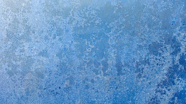 Motif givré sur la fenêtre en verre