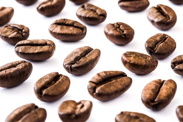 Motif de grains de café sur blanc