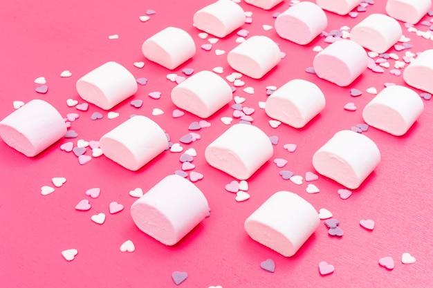 Motif de guimauve sur surface rose