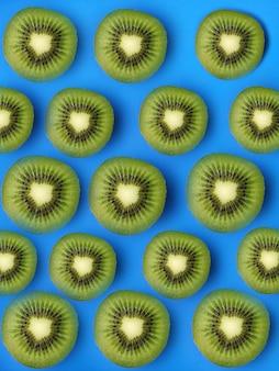 Motif de kiwi sur une surface bleue