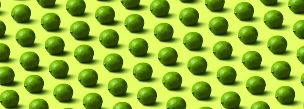 Motif de limes sur fond vert clair,
