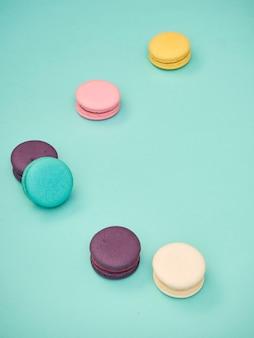 Motif macarons sur fond bleu pastel