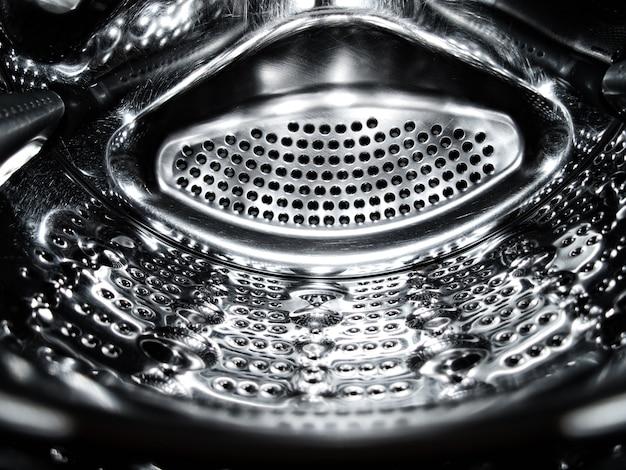 Motif métallique. le tambour de la machine à laver se ferme.