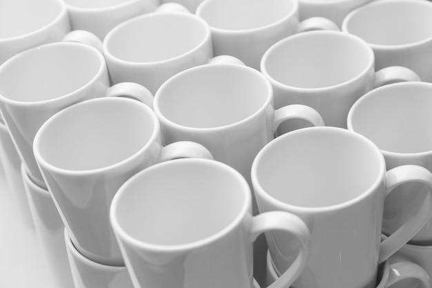 Motif de mugs en céramique blanche, vue rapprochée