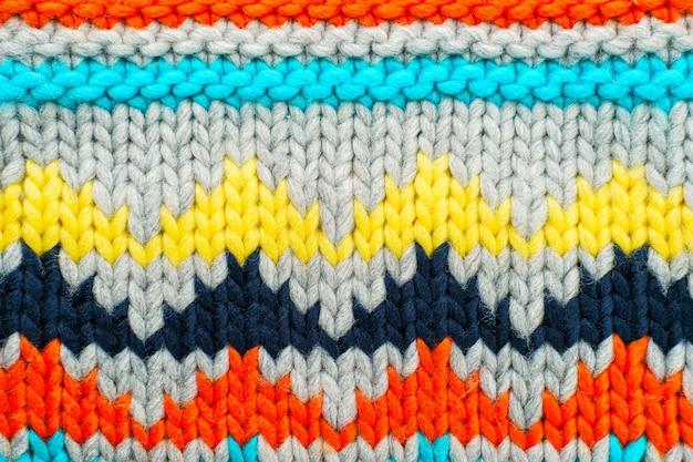 Motif multicolore tricoté à la main. fond de passe-temps
