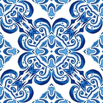 Motif ornemental sans soudure de carreaux aquarelle dessinés à la main abstraite bleu et blanc.