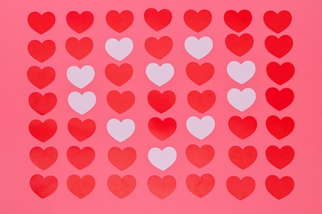 Motif de petits coeurs rouges sur rose