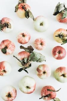 Motif de pommes sur une surface blanche