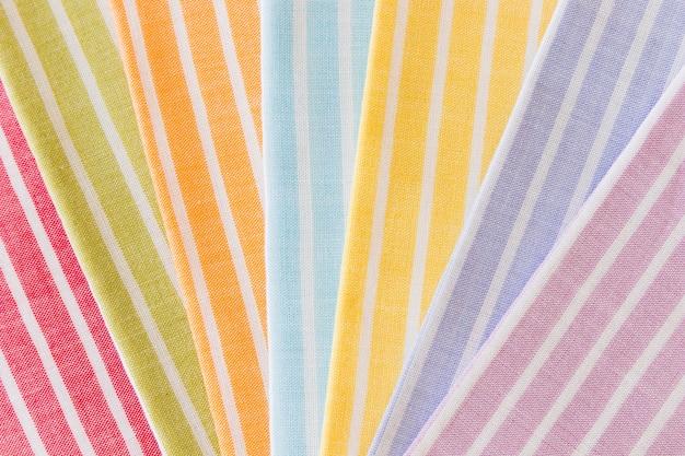 Motif de rayures pliées colorées sur fond de tissu