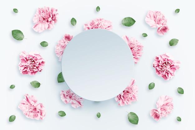 Motif de roses roses et beiges et de feuilles vertes sur fond blanc