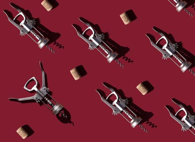Motif rouge avec tire-bouchons et bouchons de bouteilles de vin boissons alcoolisées