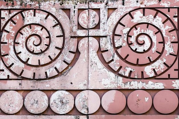Motif en spirale sur un mur de pierre rouge. architecture. photo de haute qualité