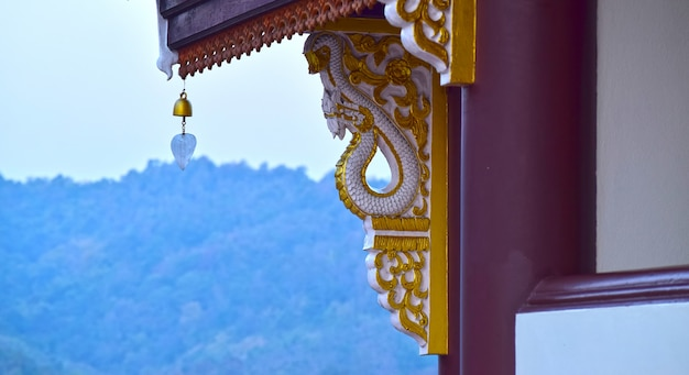 Motif de stuc thaïlandais au pilier de ciment et l'atmosphère du matin est rafraîchissante