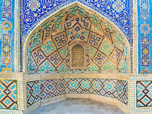 Motif traditionnel ouzbek sur le carreau de céramique sur le mur de la mosquée,