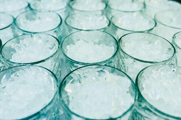 Motif de verres avec de la glace prêt à préparer un cocktail avec un arrière-plan rafraîchissant.