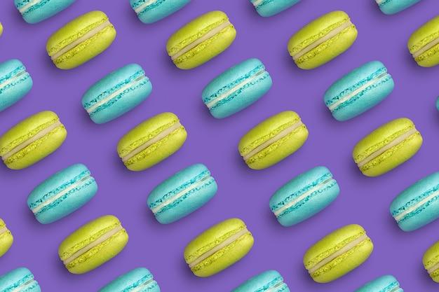 Motif violet de macarons français bleu et jaune