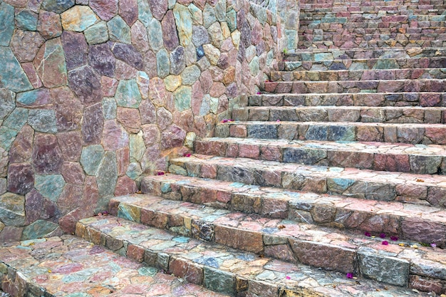 Motifs colorés d'escaliers et de murs décorés de pierres