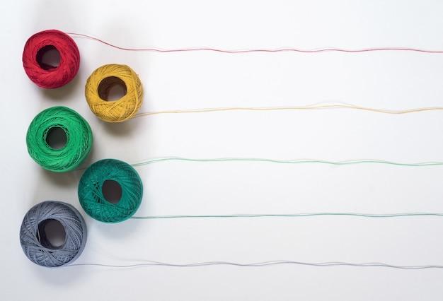Motifs de fils multicolores avec cinq enchevêtrements