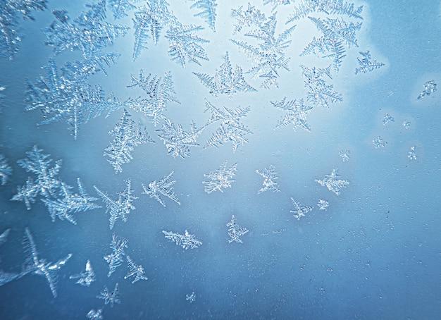 Motifs d'hiver gelés sur la fenêtre