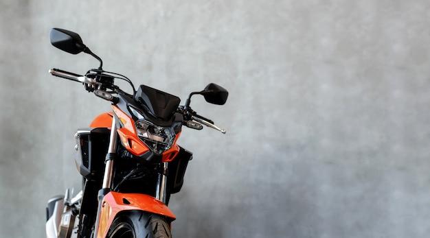 Moto bigbike dans la salle d'exposition