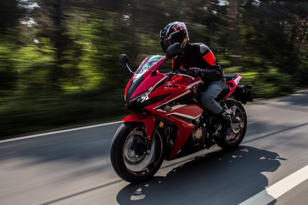 Moto rouge sur la route.