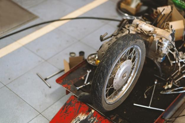 Moto en station de réparation avec flou artistique et lumière en arrière-plan