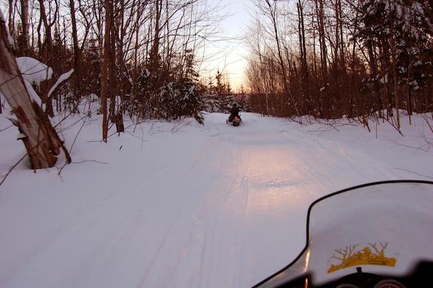 Moto de traîneau sur la neige